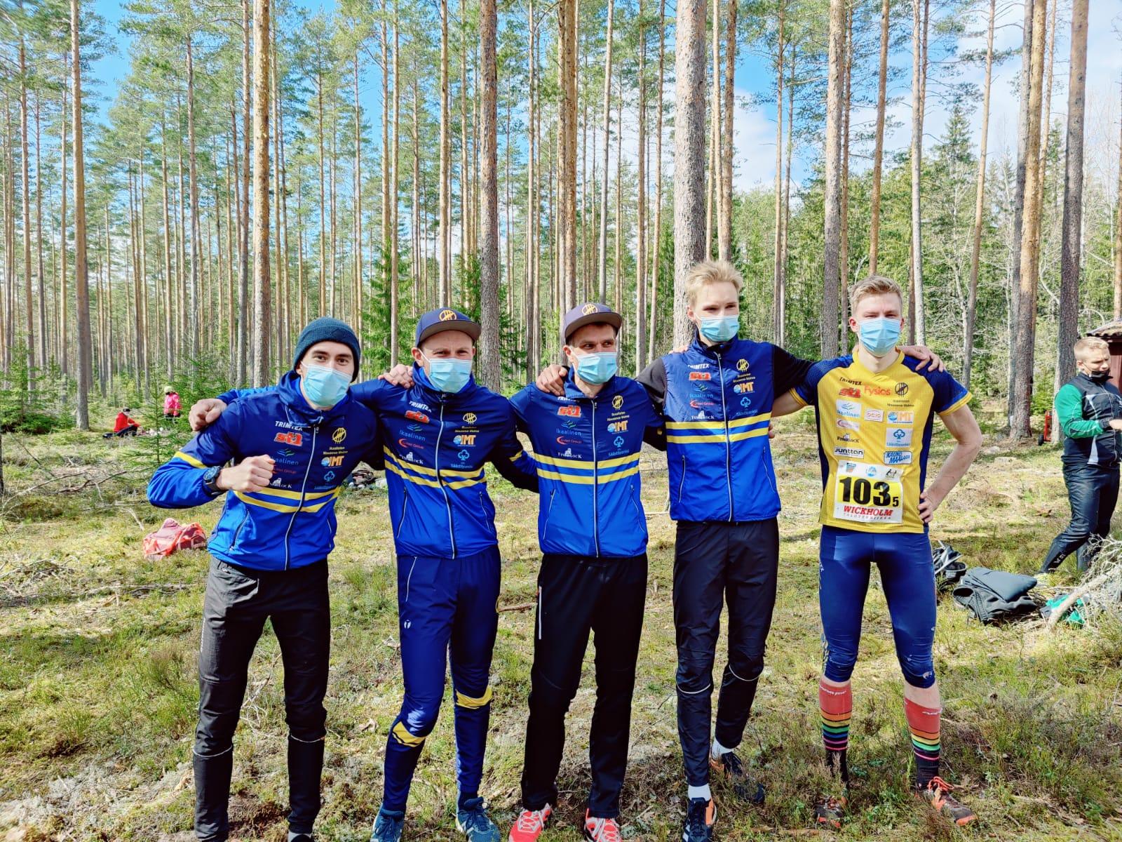 Nouskin kolmanneksi suunnistanut joukkue vasemmalta oikealle: Mikko Knuuttila, Juha Luoma, Vesa Taanila, Teemu Oksanen ja Eetu Savolainen.
